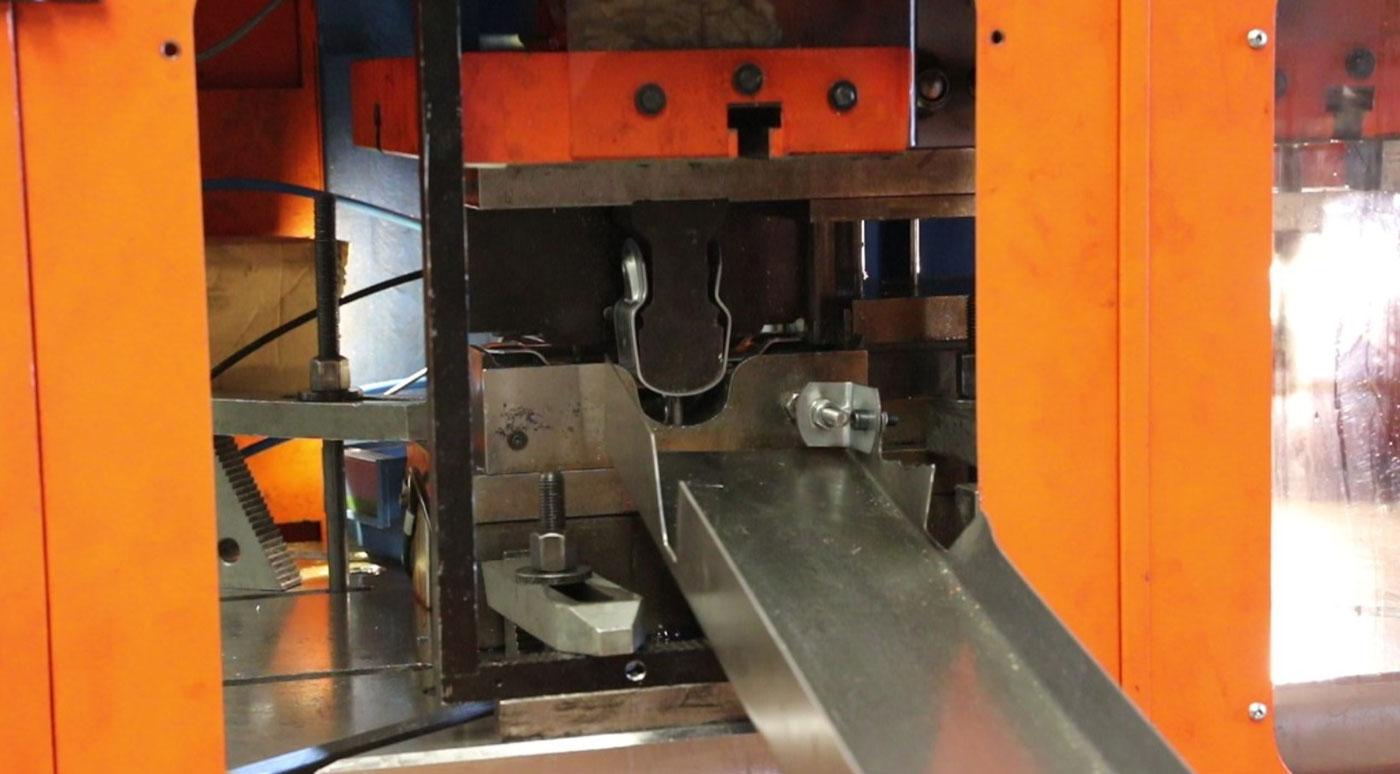 Outil de transfert métal sur-mesure par vérins
